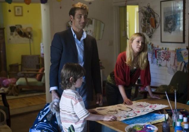 Clive Owen con il piccolo Nicholas McAnulty ed Emma Booth in un'immagine di The Boys Are Back