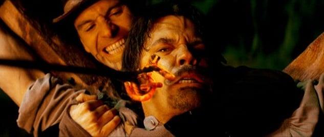 Josh Brolin e Michael Fassbender in una scena di Jonah Hex