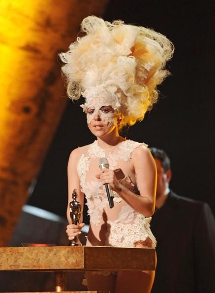 Lady GaGa sul palco dei Brit Awards