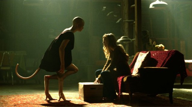 Delphine Chanéac e Sarah Polley in una scena del film Splice