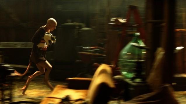 Dren (Delphine Chanéac) scappa in una scena del film Splice