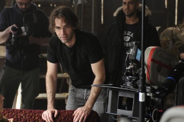 Il regista Vincenzo Natali sul set del suo film Splice