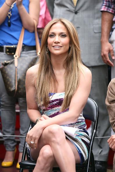 Jennifer Lopez sorride ai fotografi