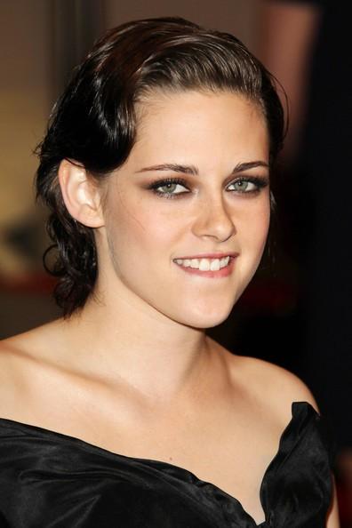 Kristen Stewart posa per i fotografi a una serata di gala