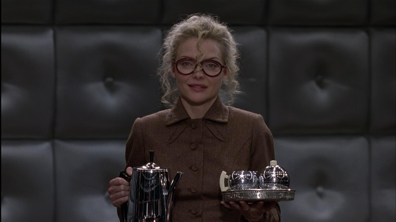 Michelle Pfeiffer è la segretaria Selina Kyle in una scena del film Batman - il ritorno