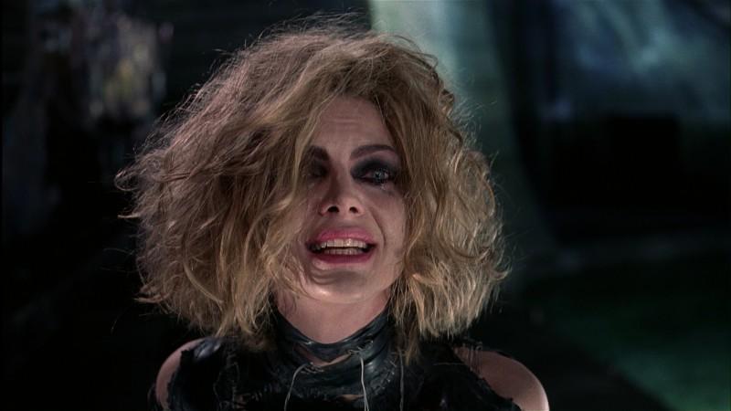 Michelle Pfeiffer smascherata in una scena del film Batman - il ritorno