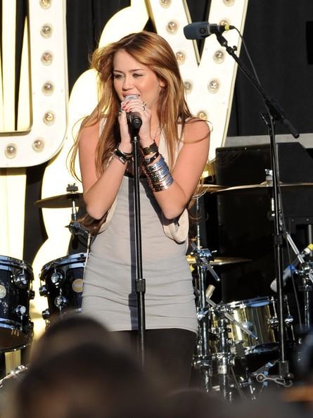 Miley Cyrus sul palco del MAke Wish Fundation