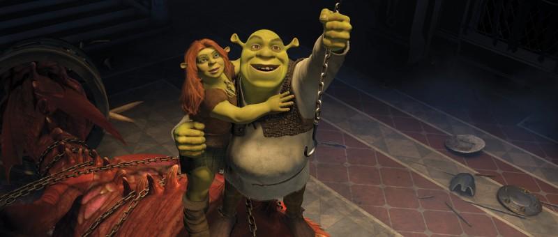 Shrek porta in salvo Fiona in una scena del film Shrek e vissero felici e contenti