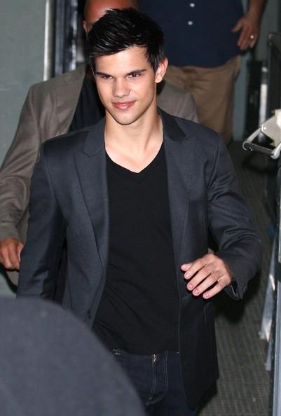 Taylor Lautner fuori d aun ristorante newyorkese