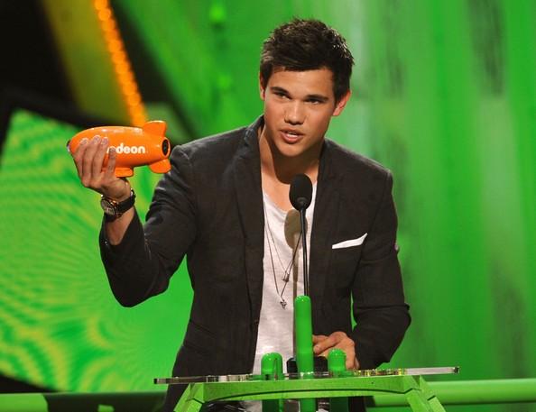 Taylor Lautner sul palco dei Nickelodeon's Kids' Choice Awards