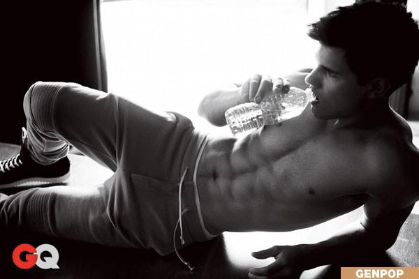 2010: Taylor Lautner mostra gli addominali in un servizio fotografico su GQ USA