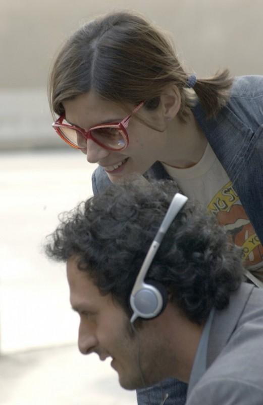 Chiara Muti e Fabio Troiano seguono una scena del film Goodbye, Mr. Zeus! sul monitor di servizio