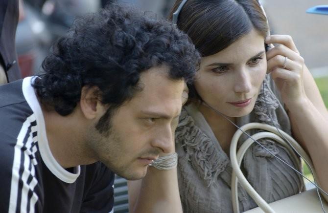 Fabio Troiano e Chiara Muti rivedono una scena del film Goodbye, Mr. Zeus! sul set