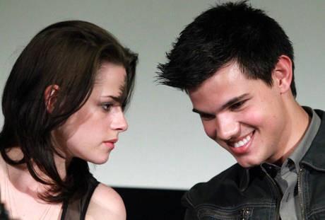 Kristen Stewart con Taylor Lautner durante la presentazione romana di The Twilight Saga: Eclipse
