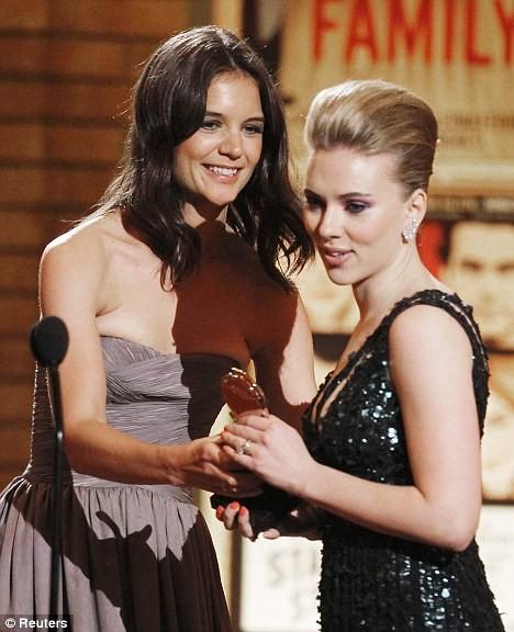 Tony Award 2010: Katie Holmes accanto a Scarlett Johansson.