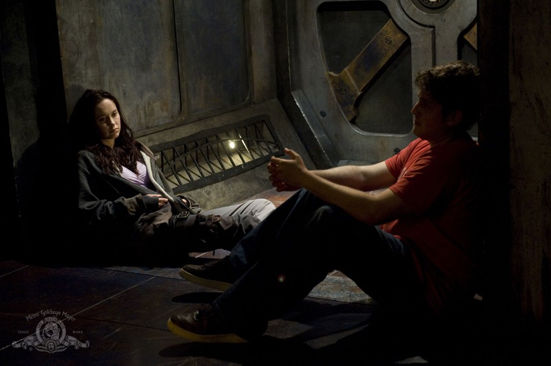 David Blue parla con Elyse Levesque nell'episodio Incursion: Part 2 di Stargate Universe