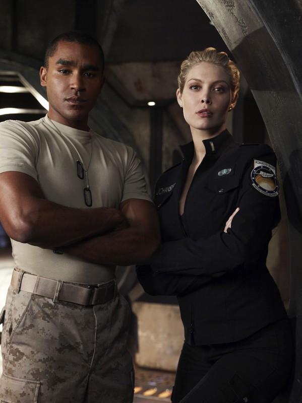 Greer (Jamil Walker Smith) e TJ (Alaina Kalanj) in un'immagine della stagione 1 di Stargate Universe