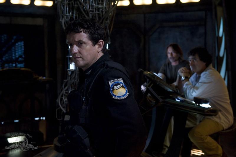 Il Col. Young (Justin Louis), Rush (Robert Carlyle) e Brody (Peter Kelamis) nell'episodio Incursion: Part 2 di Stargate Universe