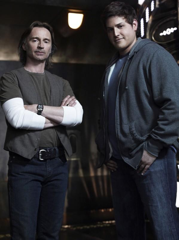 Il Dott. Rush (Robert Carlyle) ed Eli (David Blue) in una foto della prima stagione di Stargate Universe