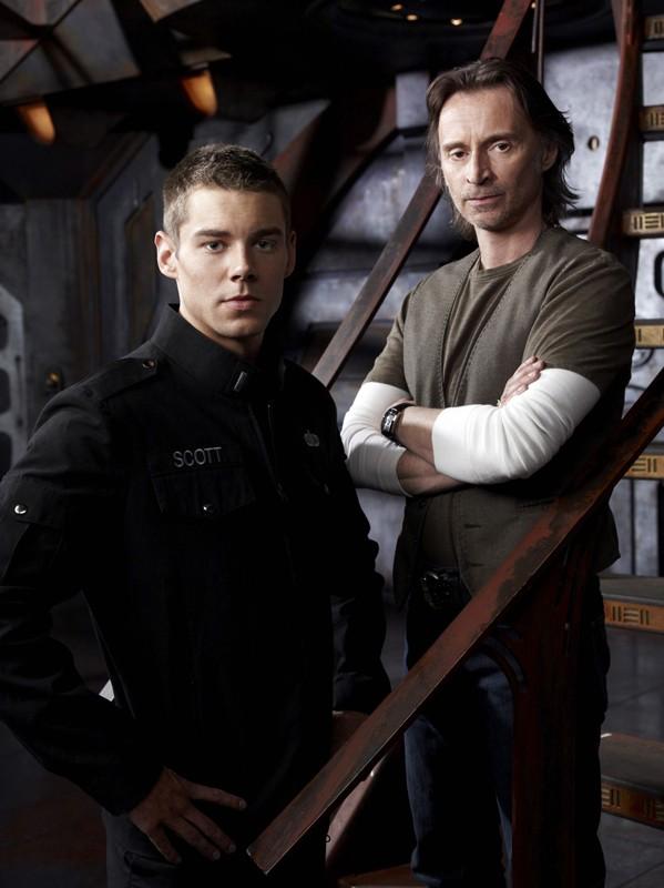 Il Sergente Scott (Brian J. Smith) e il Dott. Rush (Robert Carlyle) per la stagione 1 di Stargate Universe