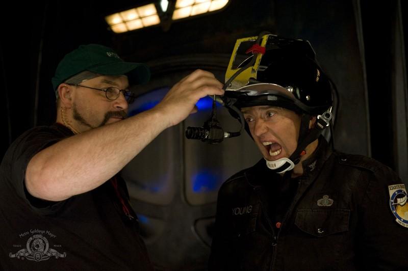 Justin Louis e e un tecnico sul set dell'episodio Space di Stargate Universe
