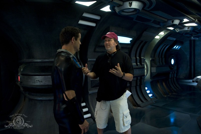 Justin Louis e il regista Andy Mikita sul set dell'episodio Space di Stargate Universe