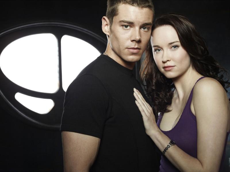 La coppia Scott (Brian J. Smith) Chloe (Elyse Levesque) per la stagione 1 di Stargate Universe