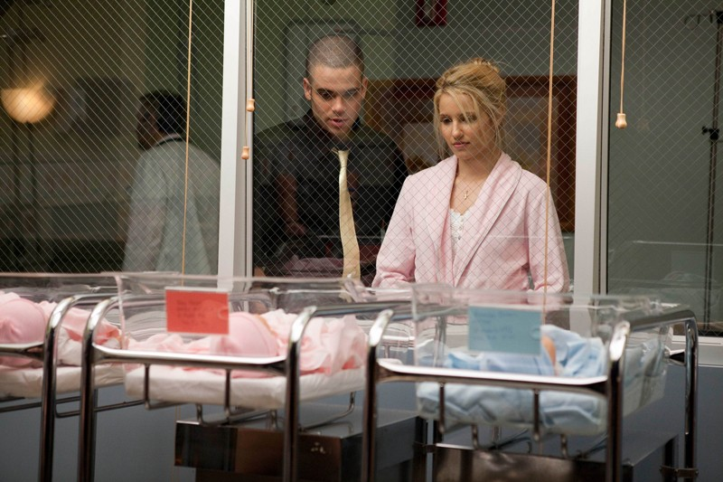 Mark Salling e Dianna Agron guardano la bambina nell'episodio Journey di Glee