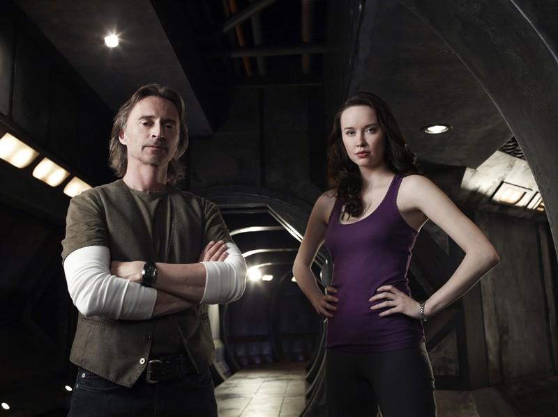 Rush (Robert Carlyle) e Chloe (Elyse Levesque) per la stagione uno di Stargate Universe