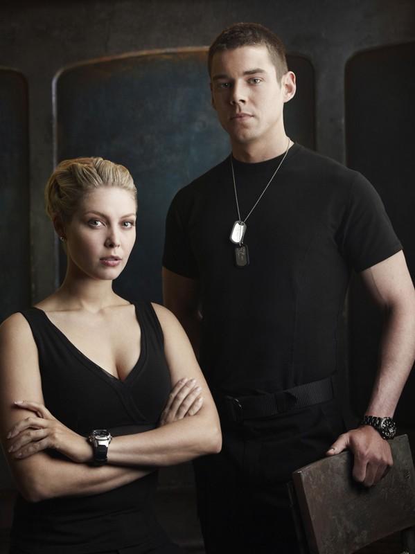 TJ (Alaina Kalanj) e Scott (Brian J. Smith) in un'immagine promo della stagione 1 di Stargate Universe
