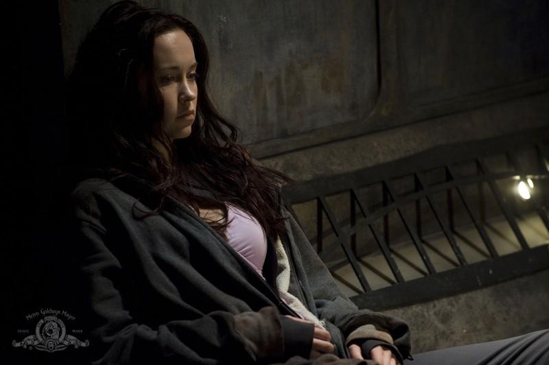Una pensierosa Chloe (Elyse Levesque) nell'episodio Incursion: Part 2 di Stargate Universe