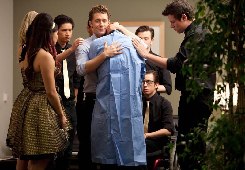 Will (Matthew Morrison) abbraccia Puck (Mark Salling) assieme agli amici nell'episodio Journey di Glee