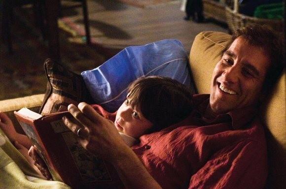 Clive Owen e il piccolo Nicholas McAnulty nei panni di padre e figlio in The Boys Are Back