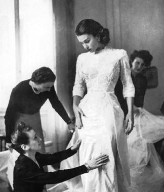 1949: Linda Christian prova l'abito da sposa confezionato dalle sorelle Fontana per le nozze con Tyrone Power.