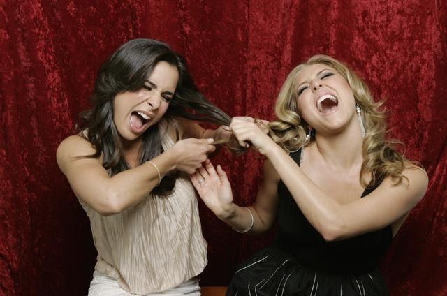 Josie Loren e Cassie Scerbo in una foto promozionale della stagione 2 di Make it or Break it