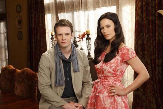 Luke Mably e Rhona Mitra in una immagine promozionale della serie The Gates