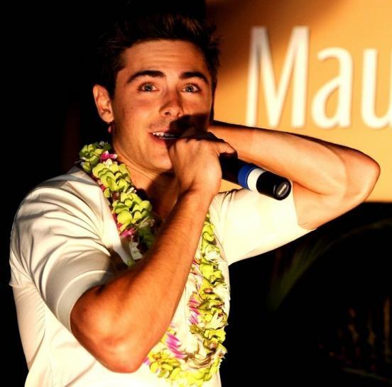 Zac Efron al Maui Film Festival con una collana floreale