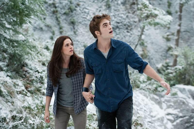 Belle (K. Stewart) assieme a Edward (R. Pattinson) in una tesa sequenza di The Twilight Saga: Eclipse