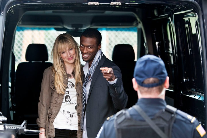 Beth Riesgraf ed Aldis Hodge nell'episodio The Jailhouse Job di Leverage