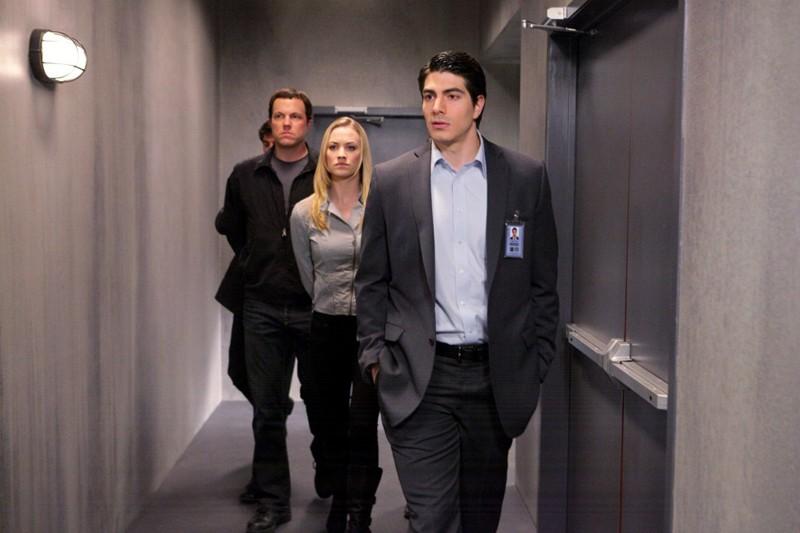 Brandon Routh seguito da Yvonne Strahovski e Adam Baldwin nell'episodio Chuck Versus the Subway