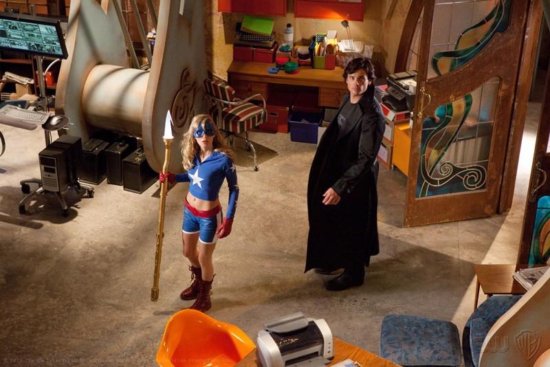 Brittney Irvin e Tom Welling nella sede della Justice Society of America nell'episodio Absolute Justice di Smallville