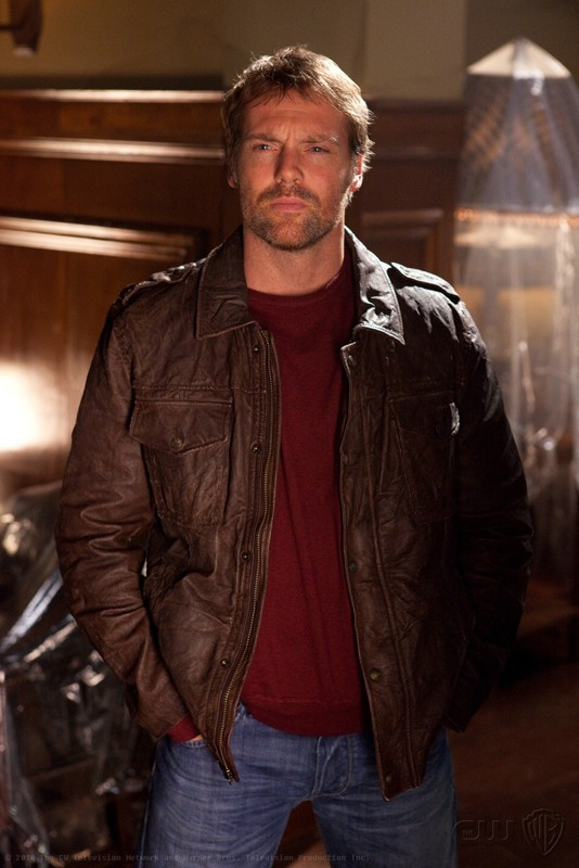 Carter Hall (Michael Shanks) in una sequenza dell'episodio Absolute Justice di Smallville