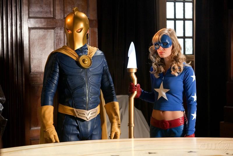 Dr. Fate (Brent Stait) e Stargirl (Brittney Irvin) nell'episodio Absolute Justice di Smallville
