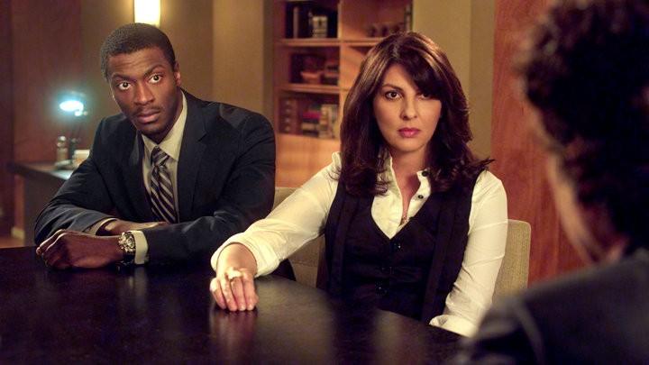 Gina Bellman ed Aldis Hodge in una scena dell'episodio The Jailhouse Job di Leverage