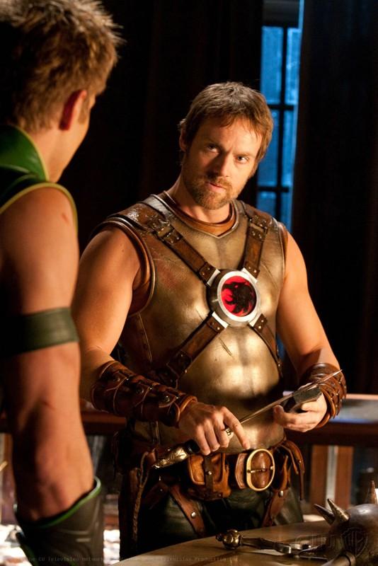 Oliver (Justin Hartley) discute con Carter Hall (Michael Shanks) nell'episodio Absolute Justice di Smallville