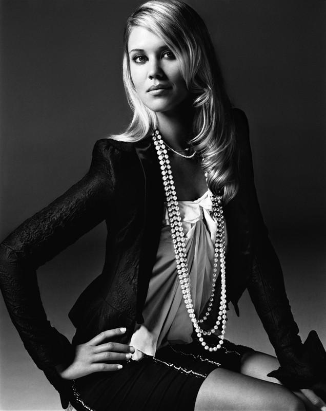 Sarah Lancaster in un'immagine in bianco e nero