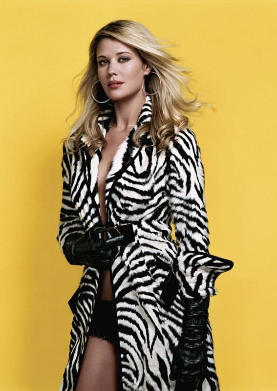 Sarah Lancaster in versione sexy zebrata