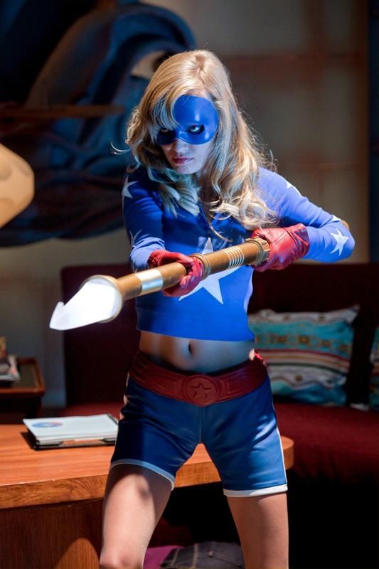 Stargirl (Brittney Irvin) armata e pericolosa nell'episodio Absolute Justice di Smallville