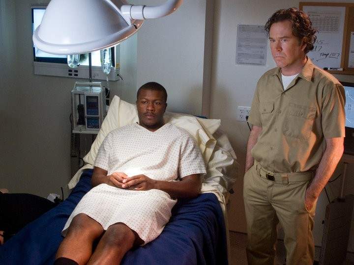 Timothy Hutton ed Aldis Hodge in una scena dell'episodio The Jailhouse Job di Leverage
