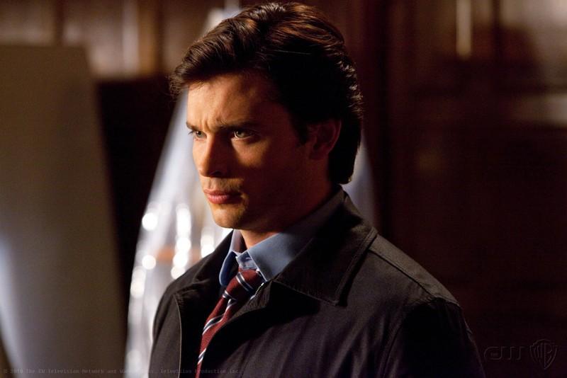 Tom Welling con un'espressione dura in viso nell'episodio Absolute Justice di Smallville